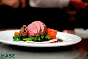 Speisenkarte: Rosa gebratene Lammhüfte auf Blattspinat - HASE Restaurant
